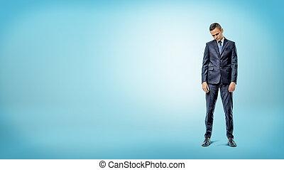 posición, azul, hombros, deprimido, fondo., hombre de negocios, desplomado
