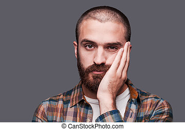 posición, barbudo, boring., expresar, esto, mantener, contra, gris, mientras, brazos cruzados, plano de fondo, joven, irónico, sonrisa, aburrido, hombre