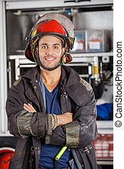 posición, bombero, sonriente, brazos cruzados