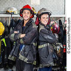 posición, bomberos, brazos cruzados, feliz