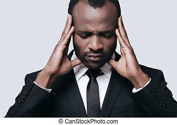 posición, cabeza, el suyo, manos, gris, formalwear, joven, mientras, conmovedor, contra, plano de fondo, africano, sentimiento, upset., hombre