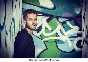 posición, colorido, pared, joven, contra, hombre