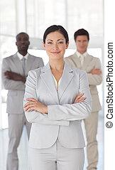 posición, corporación mercantil de mujer, equipo, frente, serio