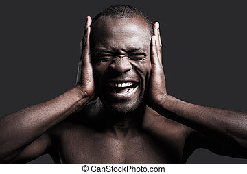 posición, cubierta, shirtless, sound., joven, contra, gris, gritos, mientras, plano de fondo, manos, retrato, hombre, fuerte, africano, orejas