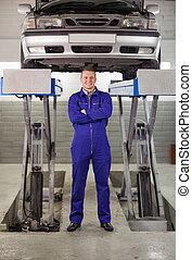 posición, debajo, mecánico del coche, brazos cruzados