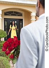 posición, el suyo, puerta, romántico, esposa, traer, norteamericano, o, su, esperar, hombre, africano, novia, flores, home., él, feliz