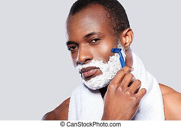 posición, el suyo, viruta, shirtless, gris, shaving., cara, mirar, mientras, cámara, contra, plano de fondo, africano, guapo, hombre