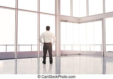 posición empresario, en, un, habitación vacía