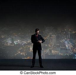 posición empresario, encima, noche, ciudad, fondo., trabajo, empresa / negocio, carrera, concept.