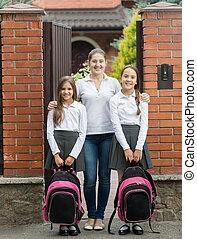 posición, escuela, dos, salida, puerta, madre, sonriente, hijas