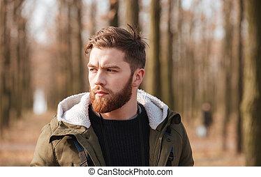 posición, forest., hombre barbudo, guapo