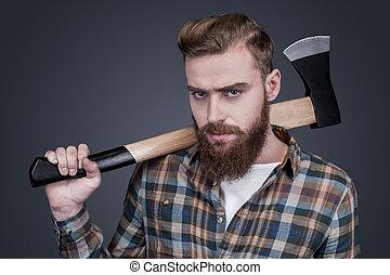 posición, hombro, barbudo, lumberjack., grande, joven, contra, gris, mirar, confiado, mientras, proceso de llevar, plano de fondo, hacha, hombre cámara