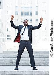 posición, levantado, lleno, mantener, positivity, aire libre, ever!, brazos, formalwear, joven, mientras, expresar, africano, longitud, hombre, día, mejor, feliz
