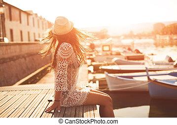 posición, lindo, mujer, verano, muelle, el mirar joven, pueblo, ocaso, paisaje, pacífico, vestido, sombrero