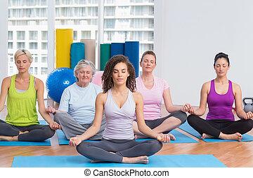 posición lotus, instructor del gym, clase