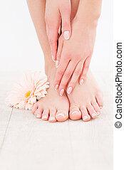 posición, mantener, mujer, ella, piso, madera dura, primer plano, pies, mientras, conmovedor, limpio, smooth.