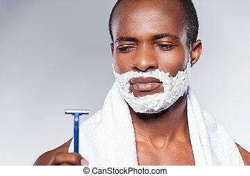 posición, maquinilla de afeitar, razor., malo, shirtless, gris, contra, el mirar joven, mientras, plano de fondo, hombre africano, really, negatividad, expresar