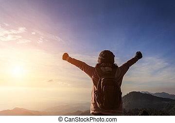 posición, montaña, levantado, mujer, mochila, manos, cima