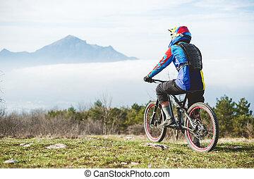 posición, montaña, nubes, montañas, cuándo, joven, debajo, bicicleta, bajo, tipo, su, montaña