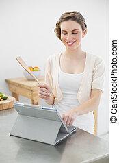 posición, morena, trabajando, ella, tableta, mientras, mujer, hogar, sonriente, cocina