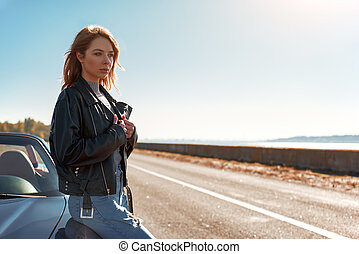 posición, mujer, roofless, cuero, coche, joven, chaqueta