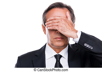 posición, ojos, maduro, cubierta, formalwear, mano, mientras, shame., contra, plano de fondo, retrato, blanco, sentimiento, hombre
