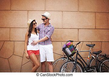 posición, pared, pareja, joven, abrazar, contra