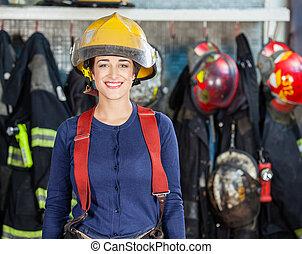 posición, parque de bomberos, firewoman, confiado