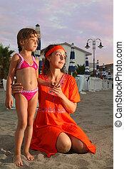 posición, poco, hija, llevó, sentado, playa, evening., nearly., mamá, madre, vestido, rojo