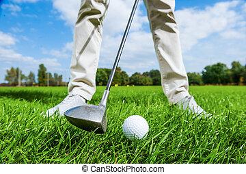 posición, primer plano, golfista, de, curso, mientras, teeing, golf, macho, saliendo.