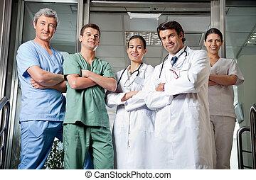 posición, profesionales, médico, manos dobladas