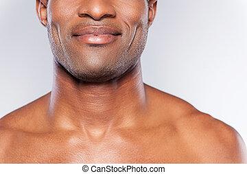 posición, satisfied., imagen, joven, cortado, gris, confiado, mientras, contra, plano de fondo, africano, sonriente, shirtless, hombre