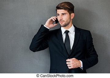 posición, teléfono, móvil, always, joven, contra, gris, hablar, mientras, plano de fondo, hombre de negocios, confiado, touch.