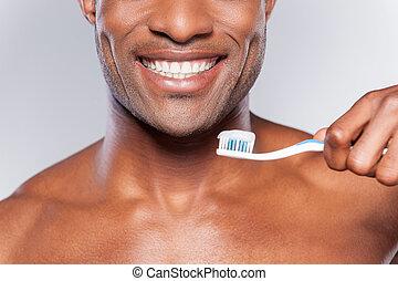 posición, tenencia, pasta dentífrica, imagen, gris, cortado, joven, cepillo de dientes, mientras, contra, plano de fondo, africano, brush., sonriente, diente, shirtless, hombre