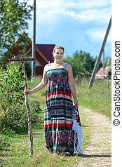 posición, trabajando, countrywoman, instrumentos, aldea, camino rural