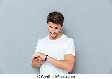 posición, verificar, joven, rastreador, condición física, serio, hombre