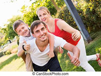 posiedzenie, chłopiec, portret, radosny, wstecz, ojcowy, rodzina