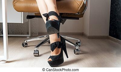 posiedzenie, fotografia, wysoki, closeup, samica, korek, sexy, nogi krzesła