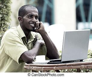 posiedzenie, laptop, młody, student, stół, człowiek, albo, szczęśliwy