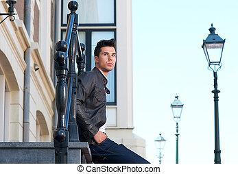 posiedzenie, młody, outdoors, portret, człowiek, przystojny
