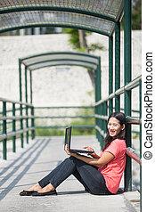 posiedzenie, na wolnym powietrzu, laptop, młody, asian, student, używając