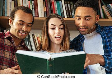 posiedzenie, studenci, book., biblioteka, czytanie, szczęśliwy