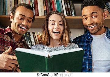 posiedzenie, studenci, młody, book., biblioteka, czytanie, szczęśliwy