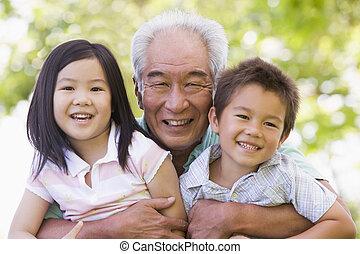 posierend, enkelkinder, großvater
