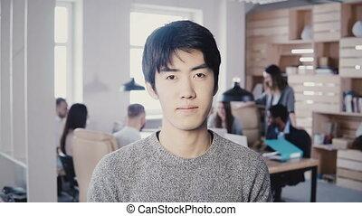 posing., bureau occupé, fondateur, réussi, start-up, moderne, regarder, 4k., directeur, appareil photo, asiatique, homme affaires, mâle, beau
