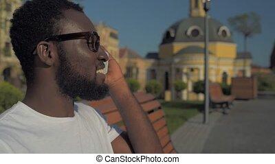 positief, afrikaanse amerikaan, kerel, het spreken op de telefoon, in park