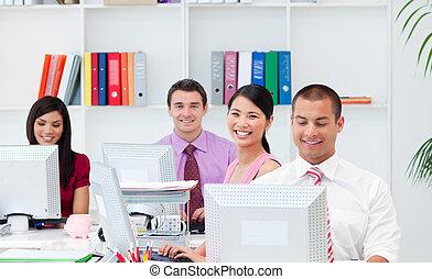positief, computers, werkende , zakenlui