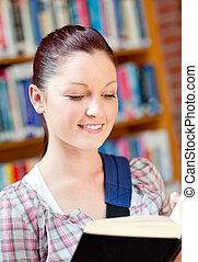 positief, jonge, kaukasisch, vrouw die een boek leest