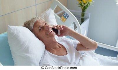 positief, oud, mens het spreken, op telefoon, in, patientenbed