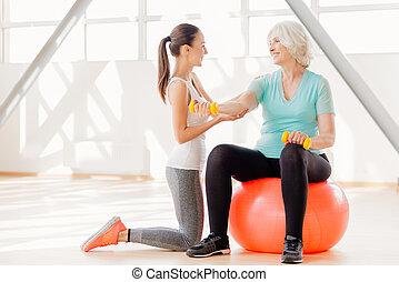 positief, oudere vrouw, het uitoefenen, met, dumbbells